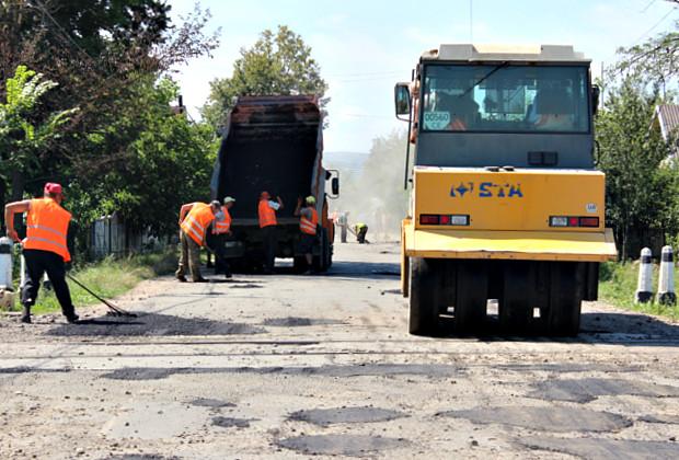 В Ропчі проводять ямковий ремонт дороги на Верхні Петрівці