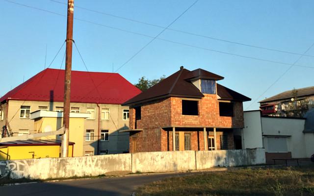 """Чому будують """"за парканом"""" районної лікарні?"""