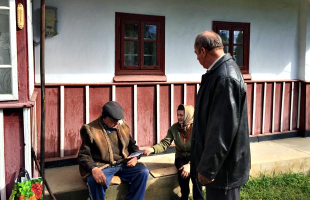 Мер завітав до пенсіонерів міста з благодійним візитом