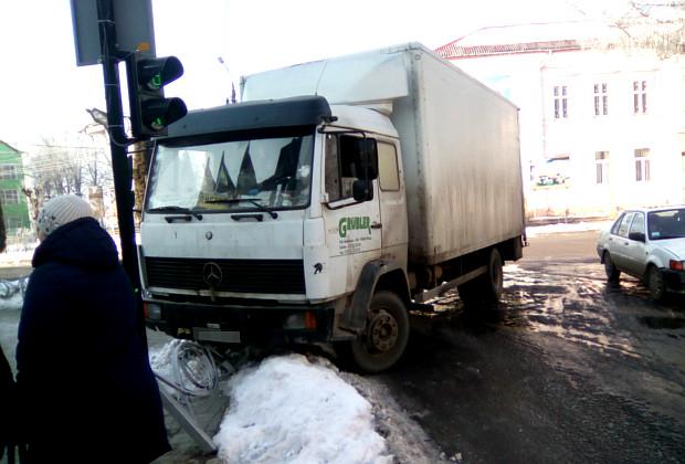 Біля ЗОШ №1 вантажівка проломила декоративну огорожу дороги