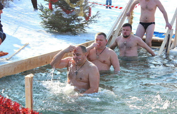 Містяни відзначили Водохреща купанням в крижаній воді