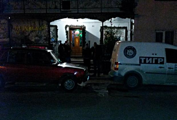"""Біля """"Тещі"""" п'яний водій ВАЗ протаранив машину охоронців"""