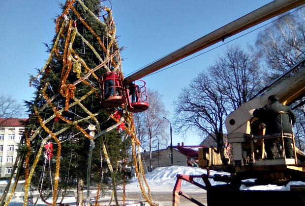 В Сторожинці демонтують новорічну ялинку