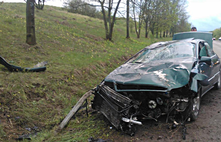 """Аварія на трасі """"Сторожинець-Чернівці"""". Авто вилетіло за межі дороги і перекинулося (ФОТО)"""