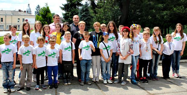 Діти з Луганщини на урочистостях до Дня Конституції