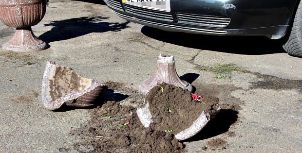 Біля міської ради розбили декоративну вазу з квітами