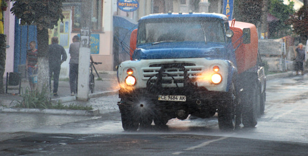В Сторожинці до 1 вересня поливали дороги