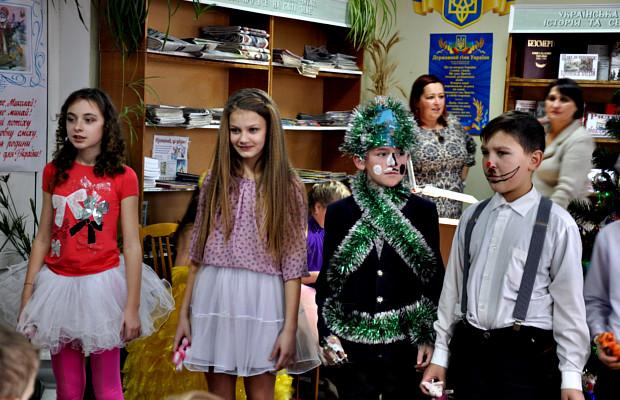 Юні читачі бібліотеки показали виставу до дня Св. Миколая bc73cd1acc4c8