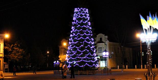 В центрі міста почали прикрашати новорічну ялинку