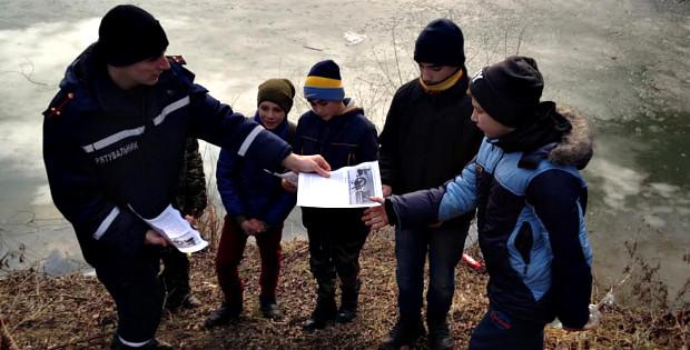 Рятувальники навчають людей правилам поведінки на льоду 198d7bd88f8aa