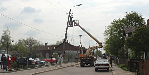 На Федьковича почали заміну нахилених електроопор