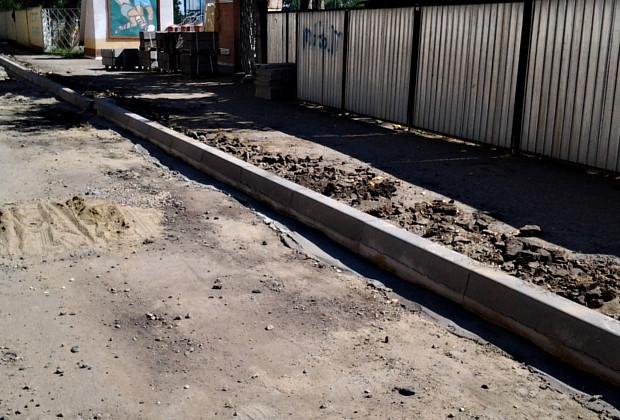 По вул. О. Кобилянської закінчили встановлювати бордюри