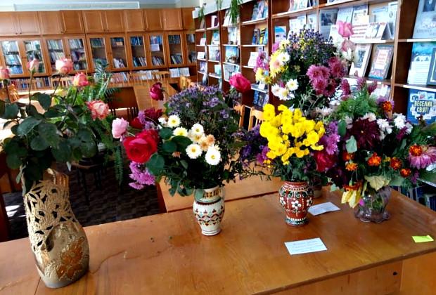 """В бібліотеці відбулося традиційне свято """"Подорож у країну квітів"""""""