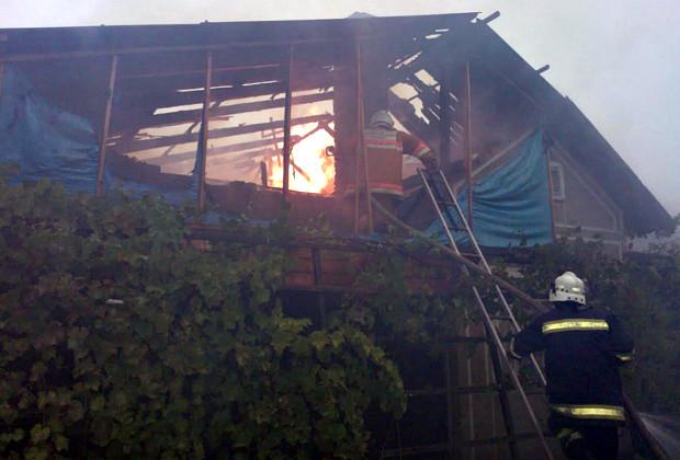В селі Зруб-Комарівці горіла господарська будівля