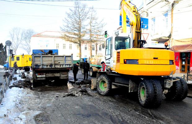 На Чернівецькій трубу відремонтували, асфальт обіцяють відновити пізніше