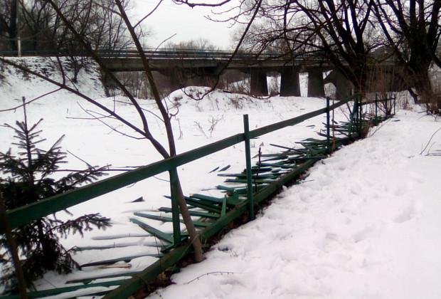 Понищили паркан