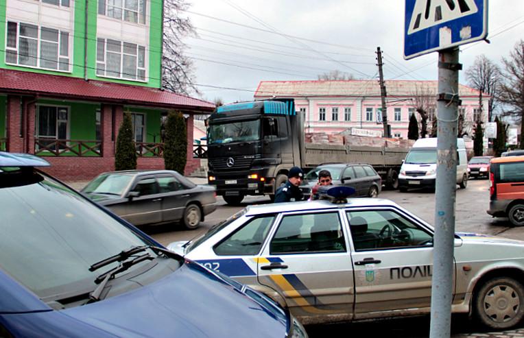 Вантажівка посеред міста