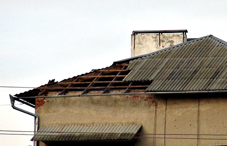 Пошкоджений дах на багатоповерхівці