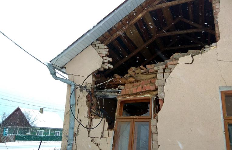 ДТП на Буковині: легковик влетів у шкільну їдальню (ФОТО)