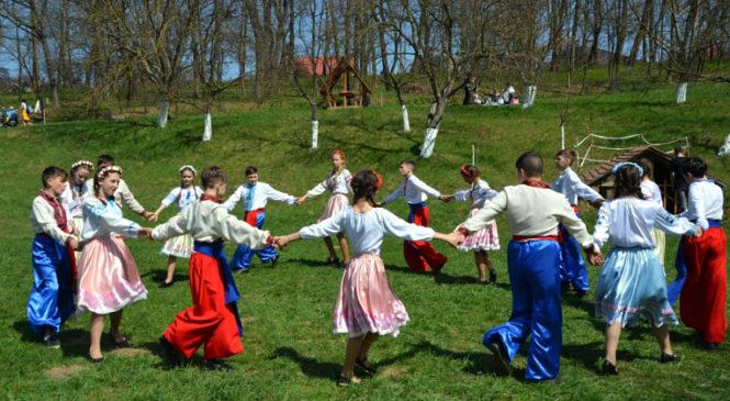 """Сторожинецькі школярі взяли участь у фольклорно-етнографічному святі """"Христос Воскрес! Воскресне Україна!"""""""
