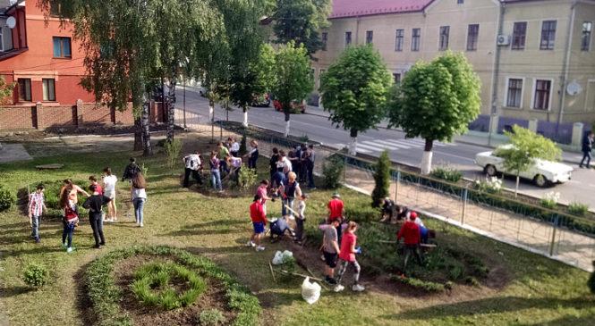 """Школярі району облагороджували території навчальних закладів в рамках акції """"Буковині на згадку"""""""