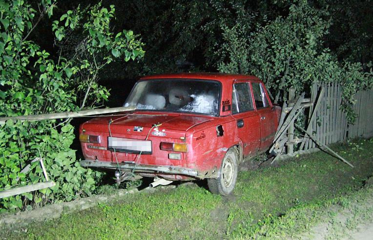 ДТП на Буковині: автомобіль збив пішохода та протаранив паркан (ФОТО)