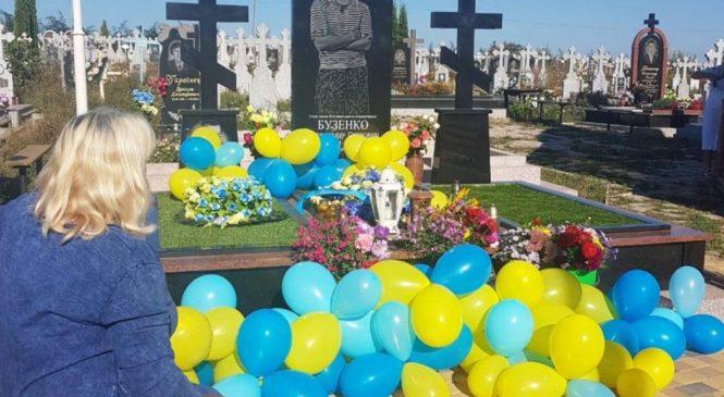 «Якщо діти благають – гармати мовчать!» Великокучурівські школярі пройшли ходою миру до пам'ятника загиблого кіборга Володимира Бузенка