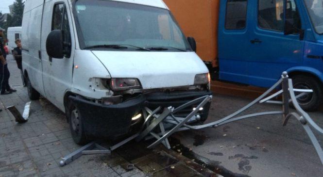 Біля Сторожинецької ЗОШ №1 мікроавтобус зніс декілька прольотів декоративної огорожі