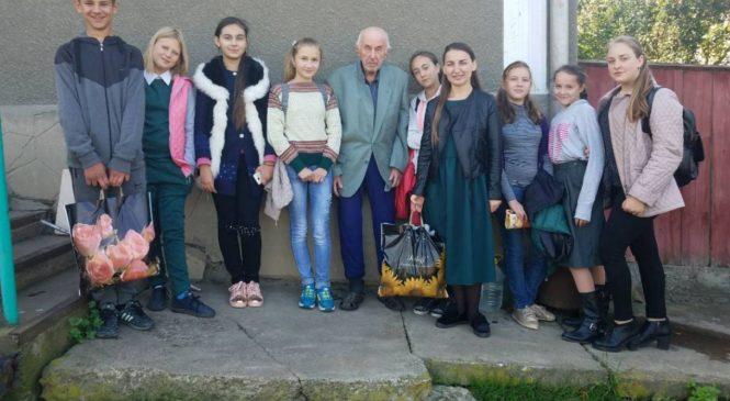 Школярі Великокучурівської громади вшанували літніх людей