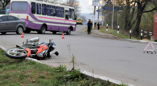 По вулиці Б. Хмельницького мотоцикл протаранив дві автівки