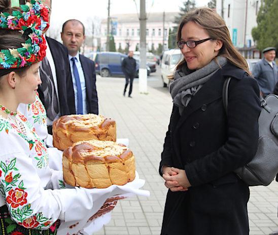 У Сторожинці хлібом-сіллю зустрічали делегацію Представництва ЄС в Україні