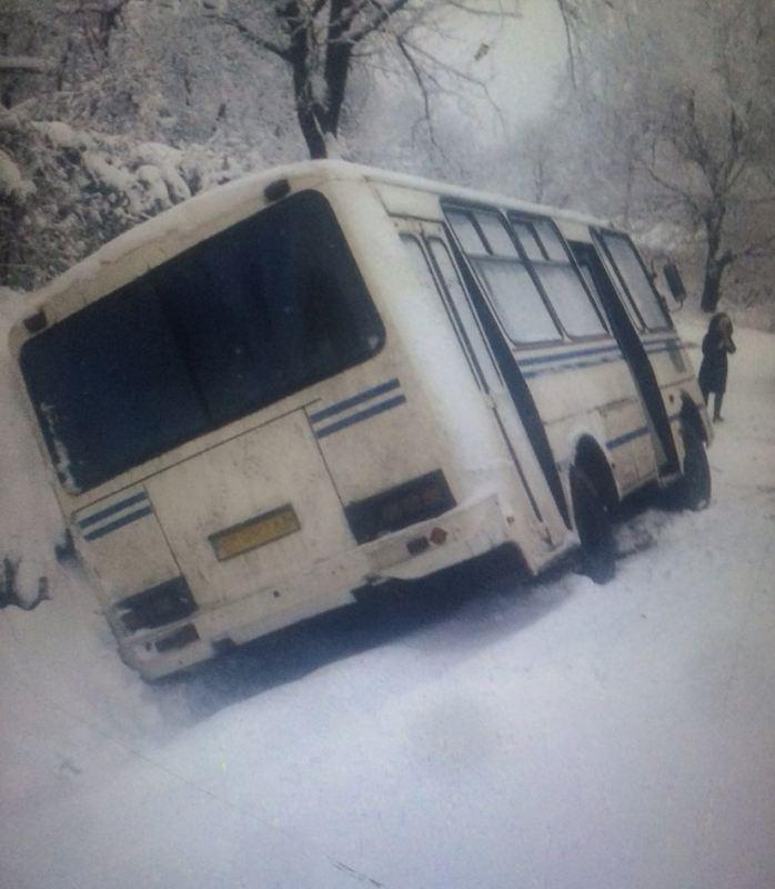 На Буковині на слизькій дорозі перекинулась маршрутка, фото-1