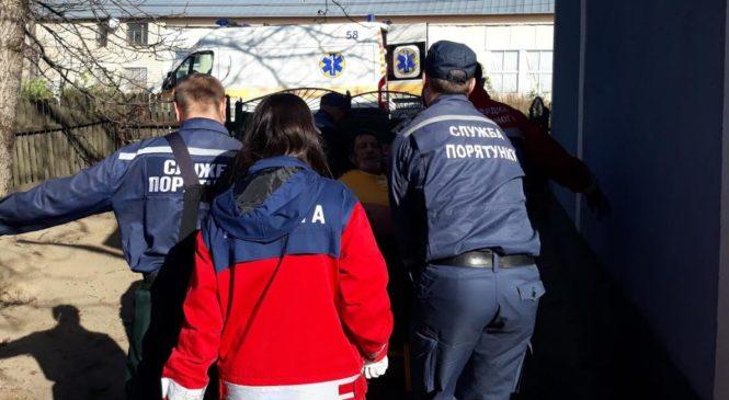 Рятувальники допомогли медикам доставити до реанімації огрядного чоловіка