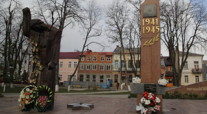 У Сторожинці покладанням квітів відзначили 75-річчя з дня визволення міста від німецько-фашистських загарбників