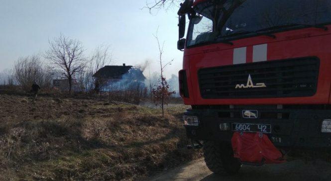 В Слободі-Комарівцях горів житловий будинок. Причиною пожежі стало горіння сухої рослинності
