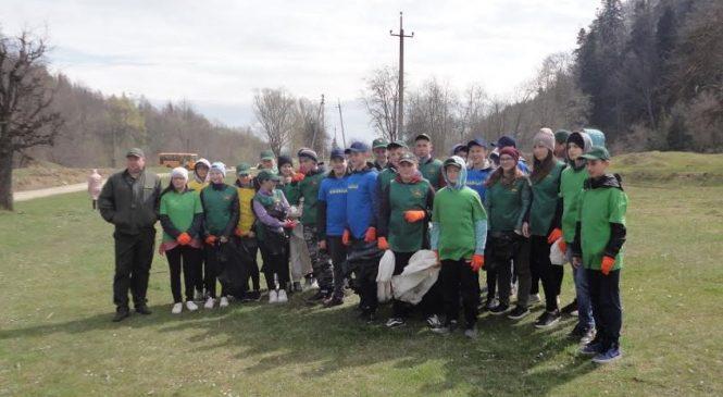 Школярі Красноїльської гімназії разом з вчителями і лісівниками прибрали сміття з берегів Серетеля