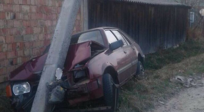 У Сторожинці легковик збив бетонну опору