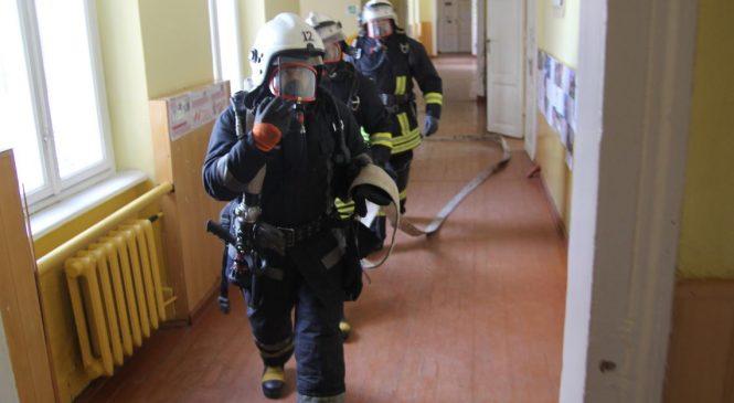 """У Сторожинецькій ЗОШ №1 рятувальники """"гасили пожежу"""" та вчили дітей безпечному поводженню з вогнем"""