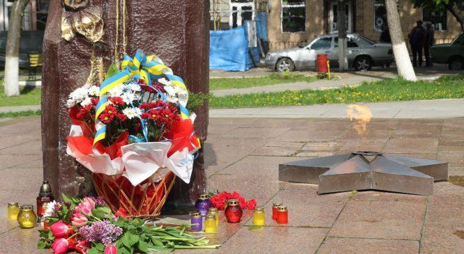 У Сторожинці покладанням квітів та автопробігом відзначили День пам'яті та примирення
