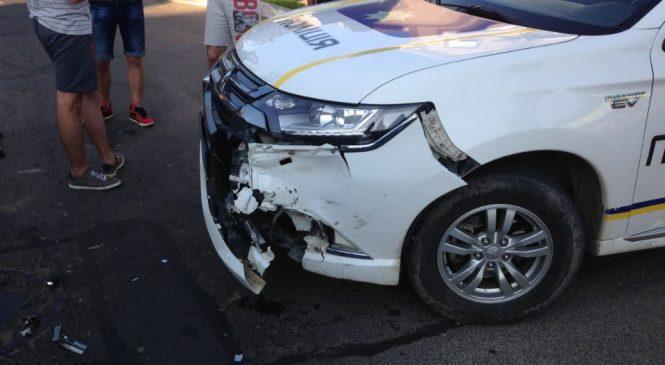 По Чернівецькій зіткнулися поліцейський позашляховик та БМВ