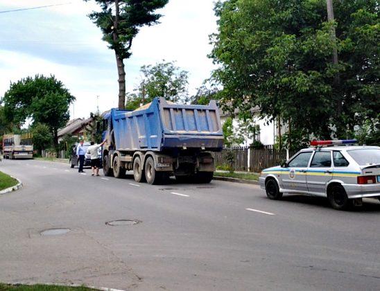 Сторожинчани хочуть, щоб виконком заборонив проїзд вантажного транспорту через місто